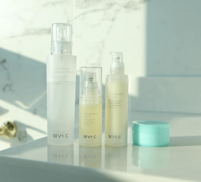 編輯自己會針對比較乾燥的兩頰,搭配使用水潤肌保濕霜或光透幻白妝前保濕修護乳