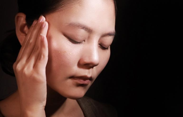 Omega 賦活能量精華油含珍貴金箔成分及獨家休眠技術,讓你擁有潤澤緊緻肌