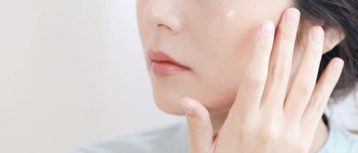 比起化妝水,保濕精華液更能夠留住水份、維持角質層的滿水度,達到真正的保濕效果。
